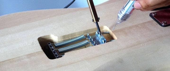 バックパネルへ通したコードは、ストリングホルダーにハンダづけします。